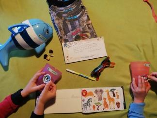 Bambini in azione, attaccano adesivi per oggetti resistenti alla lavastoviglie