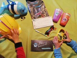 Bambini in azione, attaccano adesivi della savana ricevuti in regalo!