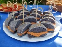panini blu con hummus ai pomodori secchi