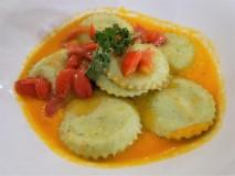 Girasoli al basilico con pesto di melanzane, su fondente di pomodori gialli